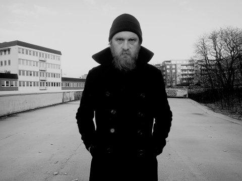 ROCKEPOET: Erlend Ropstad spiller på Verket Scene og lover at det blir gøy selv om det virker både melankolsk og mørkt.
