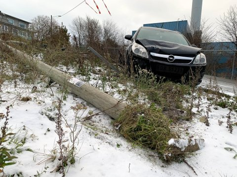 KRASJET: Bilføreren traff på denne lyktestolpen i Teglverksveien i Moss lørdag kveld.