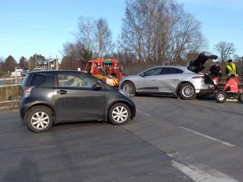 KRASJET: To personbiler krasjet i krysset mellom Stasjonsveien og Fredrikstadveien.
