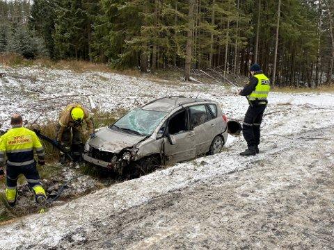 KJØRTE UT: Bilen kjørte ut av veien og landet først på taket. En person ble fastklemt i bilen etter ulykken.