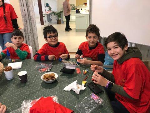 JULEVERKSTED: Denne gjengen smilte gjerne til Moss Avis. Her er de så vidt i gang med juleforberedelsene.