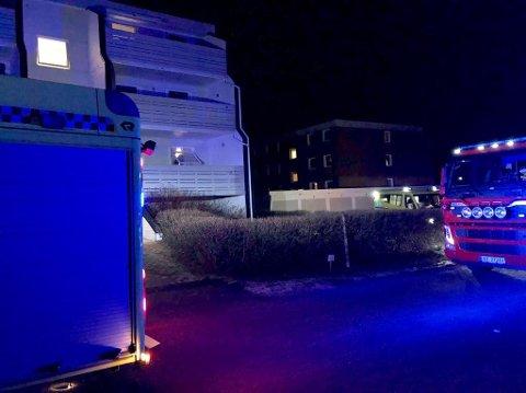 Både politi, brannvesen og flere ambulanser rykket ut til Vesthellinga på Ekholt etter melding om brann i en leilighet mandag kveld.