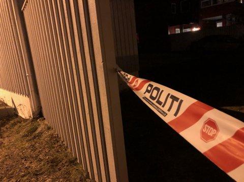 Politiet har sperret av eiendommen der mannen ble funnet.