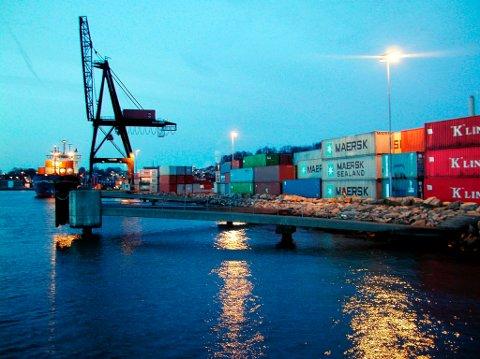Viktige varer: Skipene ankommer havna med containere med forsyninger som  skal ut i butikkene.