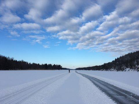 FINE FORHOLD: Løypene ved Borgebund ved Missingmyr i Råde er nypreparert. Under er isen 25 centimeter tykk.