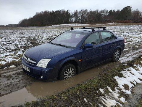 GJØRMEFAST: Bilen hadde lite å stille opp med da hjulet sank ned i gjørma.