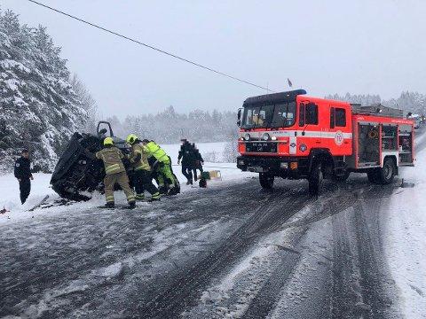 HARDT SKADD: En kvinne satt fast sammen med en mannlig sjåfør i en av bilene etter møteulykken, etter at en bil kom over i motgående kjøreretning. Hun er fraktet til Ullevål sykehus og er hardt skadd.