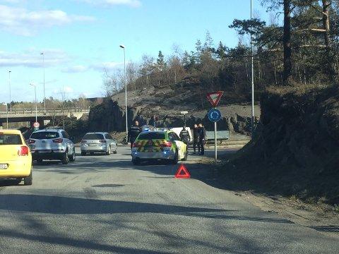 BLOKKERTE: Bilene hindret flyten i rundkjøringen og skapte kø.