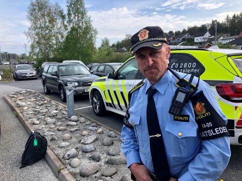 UTVIDER SØKET: Operasjonsleder i Øst politidistrikt, Anders Strømsæther, forteller at de nå blant annet leter etter den savnede kvinnen på adresser hun hadde tilknytning til og steder hun likte å gå. SVEIP FOR FLERE BILDER - >