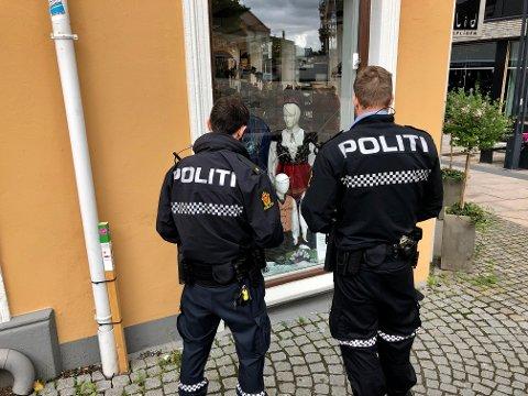 KNUST: Politiet vurderer den knuste ruta i butikklokalene.