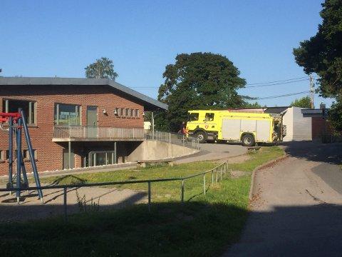 BRANNTILLØP: MIB sjekker ut et branntilløp ved Krapfoss skole.