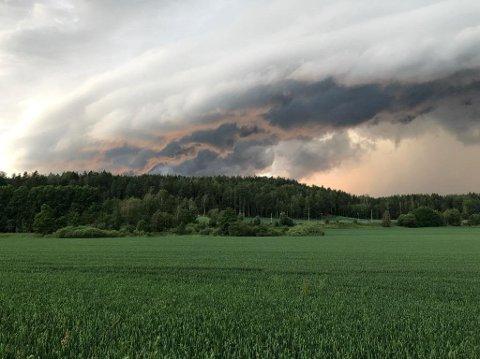 UVÆR: Juni ble preget av mye regn i Mossedistriktet. Bildet viser utvær i Hølen en junikveld 2019.