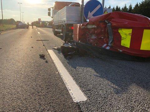 En personbil kjørte inn i en putebil på E6 i Råde lørdag kveld.