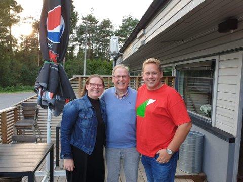 PUBDUELL: Elisabeth Stene (Frp) og Tore Andersen (SV) møtes til lokal pubduell på Milligram i Våler, ledet av Gunnar Listerud (i midten).