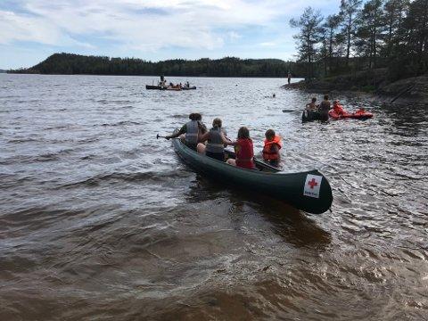 BÅTLIV: Kanopadling var blant de mange innslagene da barn og voksne fikk gratis ferie fra Røde Kors i Østfold denne sommeren. SVEIP OVER OG SE FLERE BILDER.
