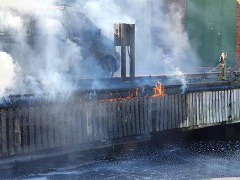 FULL FYR: Båt, bil og brygge sto i full fyr i Indre havn i dag.