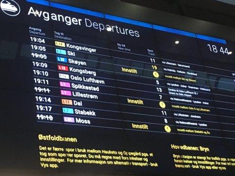 NYE PROBLEMER MED TOGENE: Fredag er det nye problemer med togene, denne gang rammes mossependlere på Østfoldbanen. Bildet er tatt på Oslo S tidligere i uken da det også var diverse problemer for togreisende.