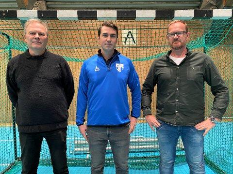 BLIR SENTRAL: Patrick Braarud (i midten) blir klubbutvikler for HK Rygge og HK Herulf. Her mellom HK Rygge-leder Morten Grønli (t.v.) og Herulf-styreleder Tommy Dilling.