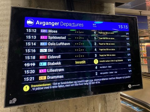 TOGSTANS: Togene står på Drammensbanen, som skjermene viser på Nationaltheatret stasjon.