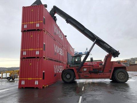 GJENKJENNBARE: Viasea Shipping i Moss har skaffet seg flere hundre nye og knallrøde konteinere.
