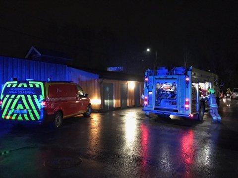 RYKKET UT: Alle nødetatene rykket ut til brannen i omsorgsboligen i Rygge mandag morgen.
