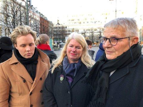 FARVEL: Håkpn Hattevig, Unn Bøhm Tveito og Martin Foss var blant de mange mossingene som hadde tatt turen til Oslo fredag.