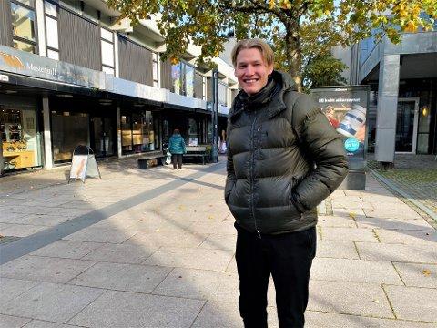 UHELDIG: Mange unge sier de har vært mer utendørs etter at koronaviruset brøt ut, men for Morten Engebretsen, som ble smittet av koronaviruset, har det vært motsatt. Nå er han frisk og smiler igjen.