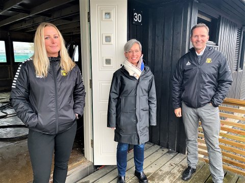 LANSERING: Tirsdag formiddag lanserte Moss Fotballklubb «MFK-veggen». Her ved markedsansvarlig Heidi Stensvoll (f.v.), ordfører Hanne Tollerud og styreleder Geir Hagnes.