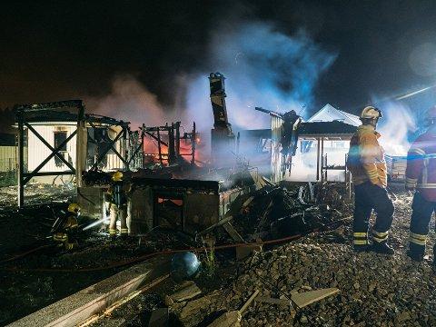 Hus og garasje kunne ikke reddes da det begynte å brenne natt til lørdag.