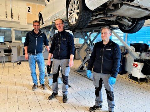 LETTERE HVERDAG: Øyvind Haug (f.v.), Alexander Bohne og Alexander Auen trives i det nye Volvo-verkstedet til Bilbutikk1 i Moss.