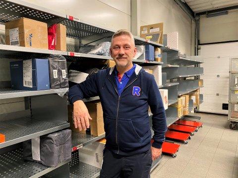 SMILER: Kjøpmann Rune Edén ved Rema 1000 Mosseskogen er glad for at han nå kan tilby pakkeutlevering til kundene sine.