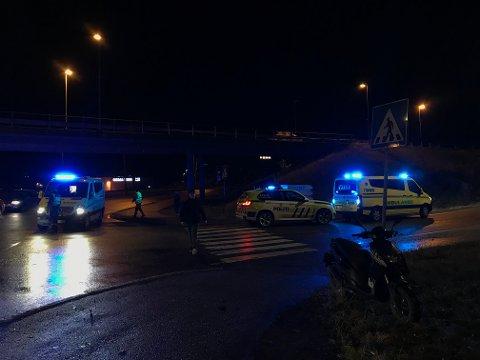 SAMMENSTØT: Nødetatene rykket mandag kveld ut til et sammenstøt mellom moped og bil.