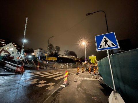 MØRKE GATELYS: Gatelysene over gangfeltet i Fjordveien er mørklagt. Her ble en kvinne påkjørt onsdag kveld.