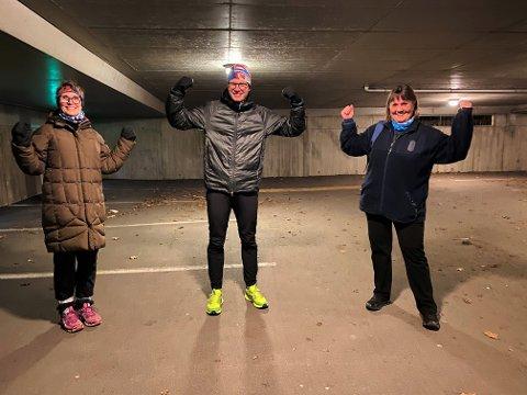 SPREKE: Tone Martinsen (t.v.) og Christin Magnussen (t.h.) fikk seg en tøff treningsøkt med Martin Gregersen i parkeringshuset utenfor Malakoff videregående skole torsdag kveld.