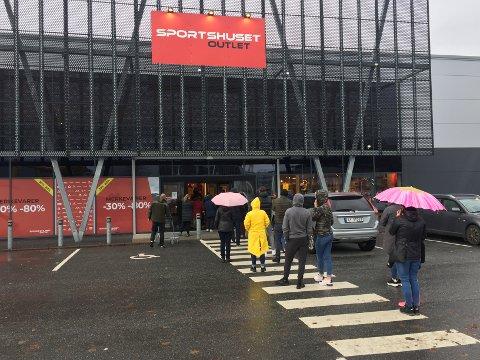 KØ: Kundene måtte stå i kø for å komme inn i sportsbutikken mandag ettermiddag.
