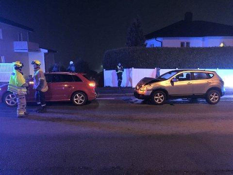 PÅKJØRSEL: To biler var involvert i en trafikkulykke i Fjordveien søndag ved 18:10-tiden. Ulykken skal ha skjedd i forbindelse med nedbremsing til et fotgjengerfelt.  Sveip høyre for flere bilder ->