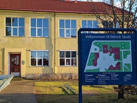 RØDT NIVÅ: Ekholt skole skal fortsette på rødt nivå fram til og med 18. april. Nå skal også elevene i 5.–7. trinn deles inn i mindre kohorter, melder rektor ved skolen.