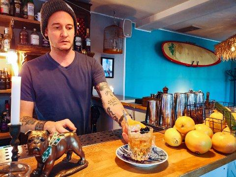 Denne passer som cocktail på julaften, sier Christian- som også deler forslag til hvordan man kan tilberede en alkoholfri variant av drinken.