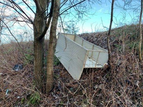 SØPPEL: Bak støyvollen har noen blant annet kastet en sofa.