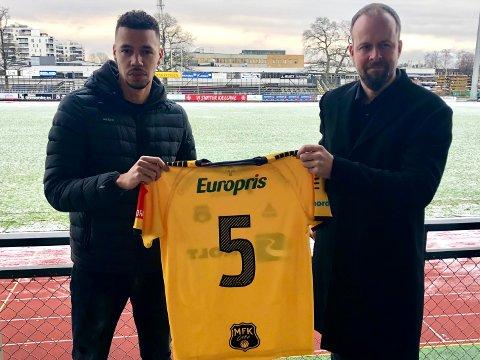 PÅ PLASS: Emmanuel Troudart signerte nyttårsaften en kontrakt som binder ham til MFK i to år. - Emmanuel kommer til å vær en leder både på og utenfor banen, sier klubbens sportssjef Thomas Myhre.