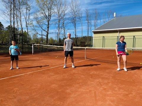 HOLDER AVSTAND: – Vi har kun tre spillere per bane og vi må spille med hansker når vi skal ta i ballen, sier trener Ludwig Boos Eek. Her med Lukas til venstre og Laura til høyre.