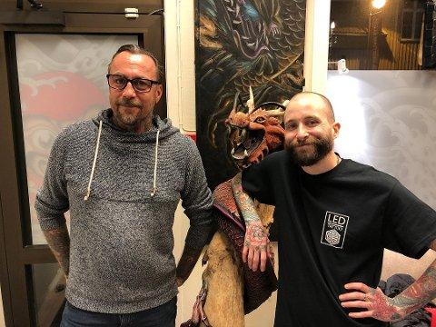 MÅ AVLYSE TATOVERINGSMESSE: Joakim Bråten Olsen (t.v.) og Martin Enger, som sammen med Jimmy Duvall er arrangører av Viken Tattoorama, må avlyse arrangementet som var fullbooket i februar.