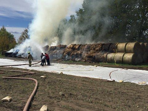 Det ble kraftig røykutvikling da det begynte å brenne i halmballer på Larkollveien.