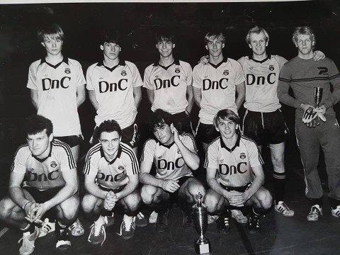 FOTBALLMINNE: Eiendomsmegler Eirik Reinnel (nummer to f.v. bak) delte dette bildet fra sin tid som fotballspiller i Moss Fotballklubb. Kjenner du igjen noen av disse?