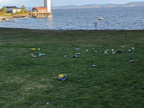 MYE SØPPEL: Det lå igjen mye søppel på Tronvikstranda etter russens festligheter.