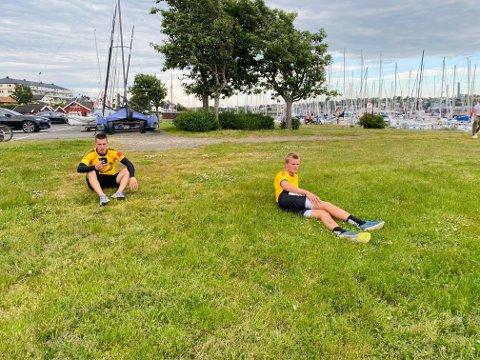 SLITNE: Mikkel Aarstrand (t.v.) og Stian Andersen måtte ta telling etter at de hadde løpt 3-toppsløpets terrengløype på 10 kilometer onsdag kveld. Sveip for flere bilder.