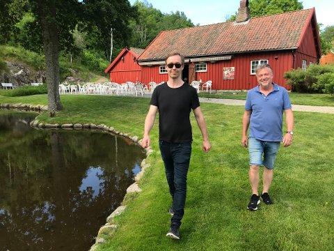 SAMMEN I IDYLLEN: Fredrikstad-kunstneren Vegard Blomberg (tilo venstre) og gallerist Ole Dørje ved Soli Brug kan fortelle om et godt tilsig av publikum siden åpningen.