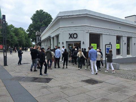 VENTET: Mange ventet utenfor klokken 12 da dørene til konkurssalget hos XO Trend åpnet.