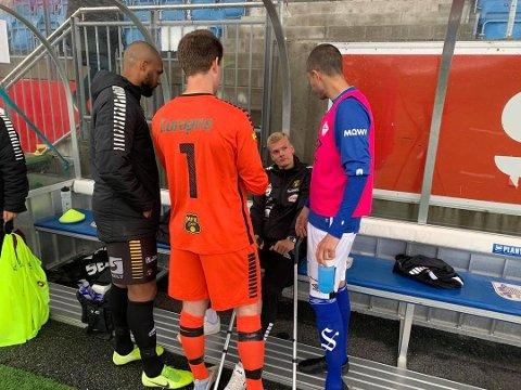 SKUFFET: Stian Andersen (sittende) fikk seg en skikkelig smell mot Hødd og vil trolig være ute med skade i flere uker. Her i samtale med Rene Elshaug (t.v.), Anders Gundersen og en Hødd-spiller.