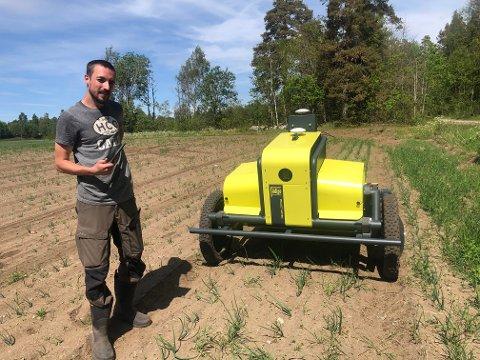 Ugresset på denne løkåkeren i Rygge har hatt det tøft i vår. Den gule tassen heter Kilter, og kan bli å se på flere jorder i årene som kommer. Mats Langfeldt i Adigo er avbildet mens han har roboten til testing.